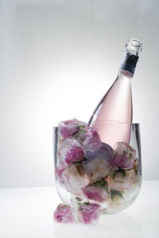 Cubi giganti di ghiaccio con boccioli di rose