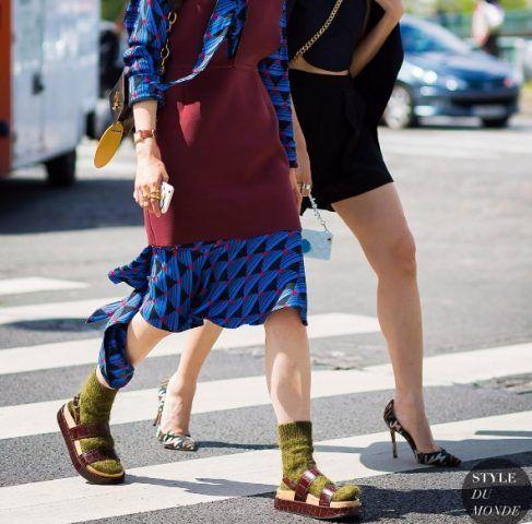 Sandali da frate con calzino sono un eterno no, se poi indossati con abito a stampa buccia di banana assicurata