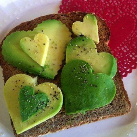 Cuori di avocado su toast