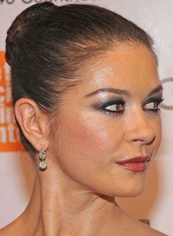 Catherine Zeta-Jones sottolinea lo sguardo con uno smokey eyes.