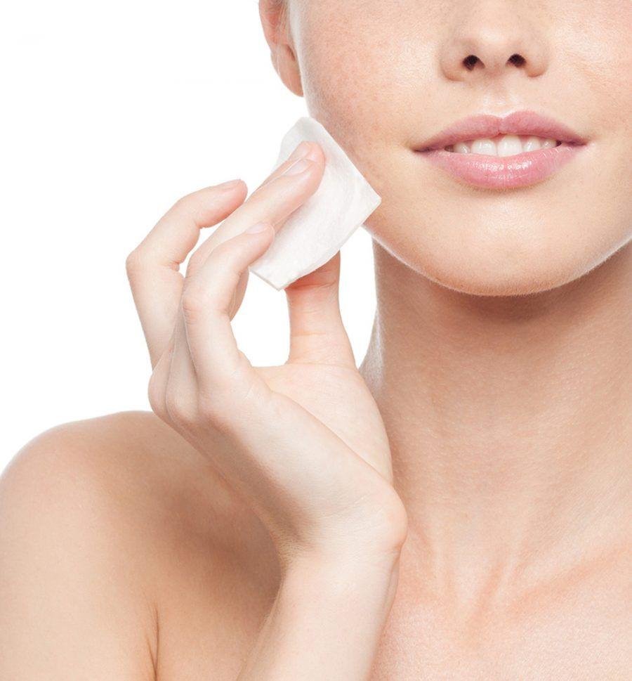 Detergere il viso con l'acqua minerale