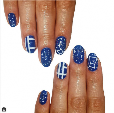 Manicure su base blu