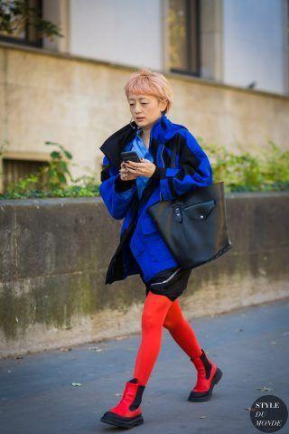 Ito Kuriyama con giacca da montagna e calze rosse.
