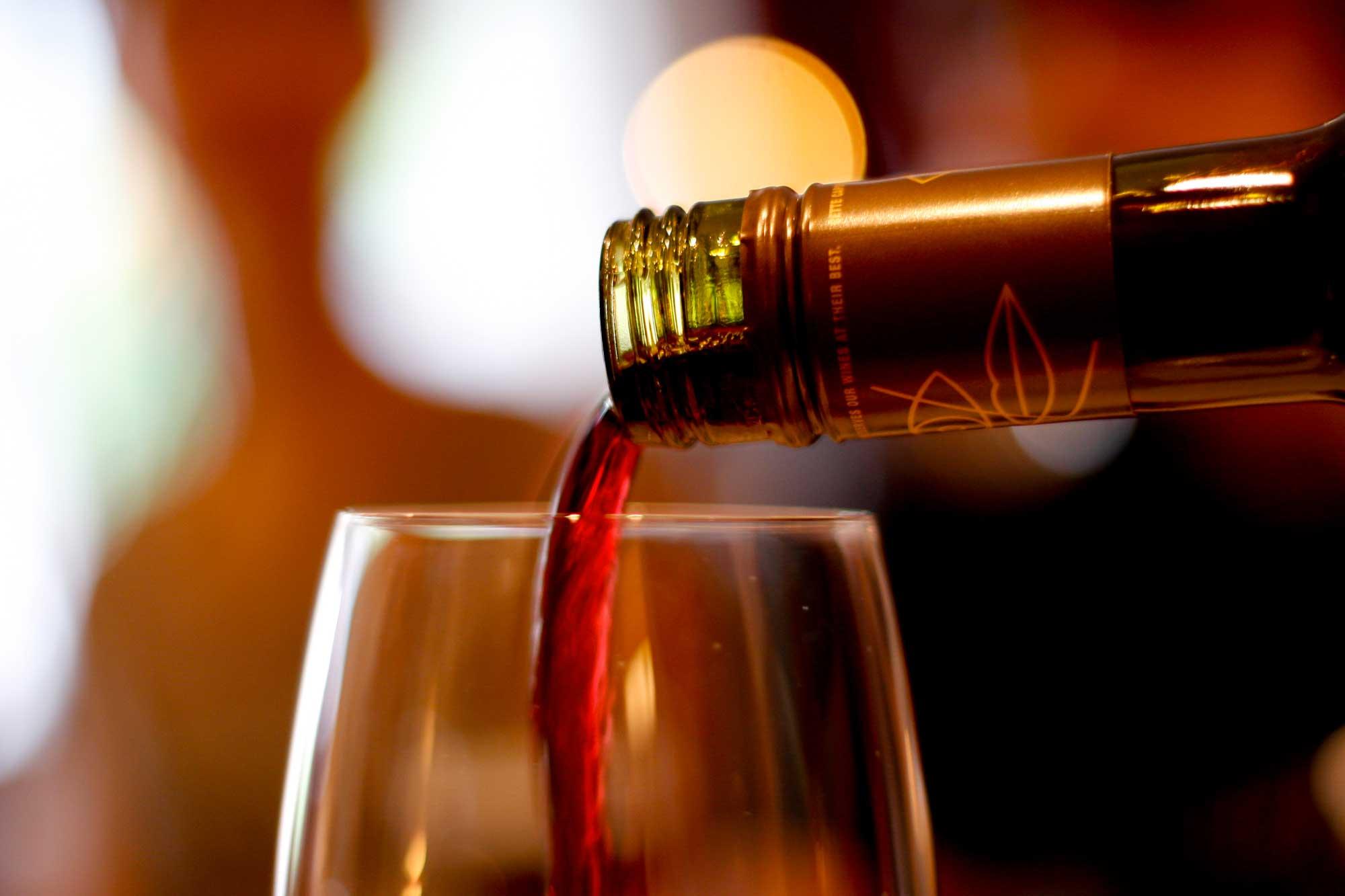 Una corretta igiene orale passa anche attraverso un bicchiere di vino
