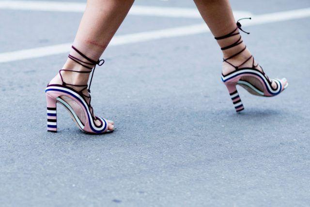 Sandali allacciati