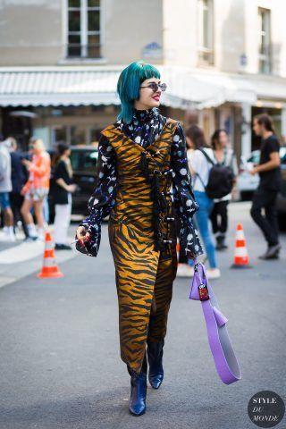 Sita Abellan con capelli azzurri maxi dress tigrato e camicia a stampa.