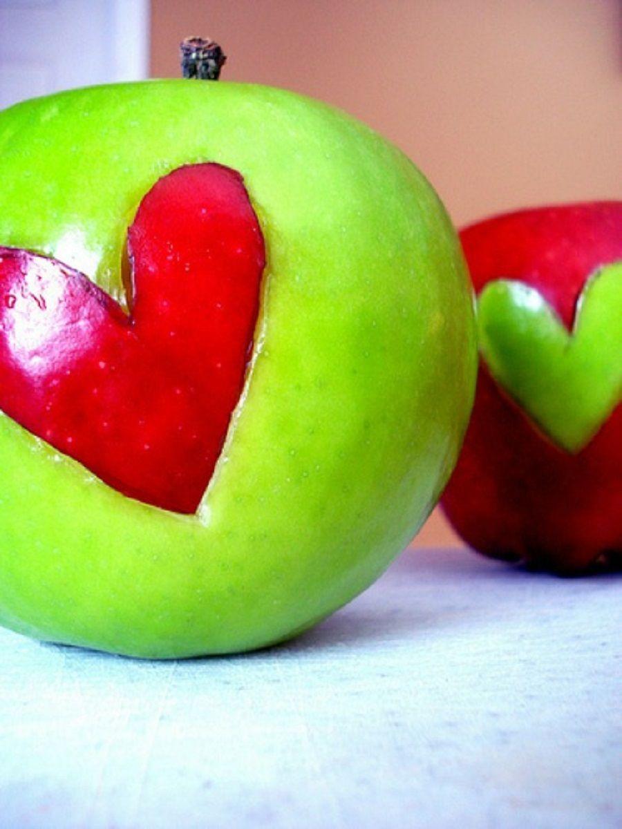 Mele rosse e verdi con cuore di un altro colore