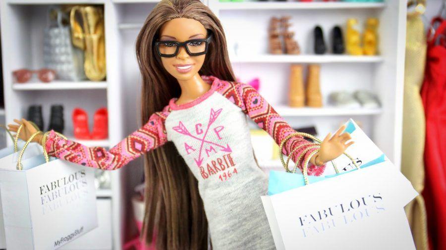 lo shopping piace a tutte le donne... anche a quelle di plastica...
