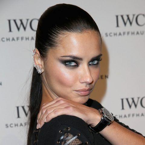 Adriana Lima allunga moltissimo l'occhio con la matita nera.