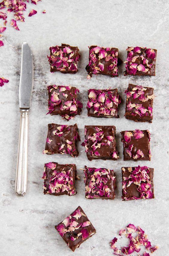 Rocky road con petali di rosa