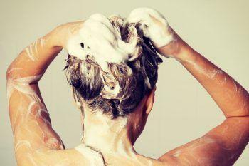 Perchè dovresti lavare i capelli con shampoo e zucchero