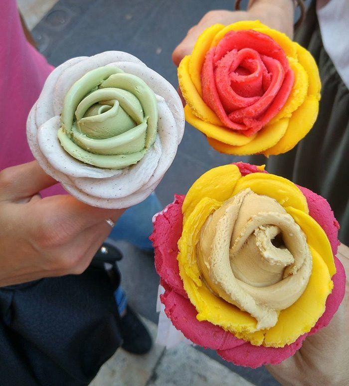 Gelato a forma di fiore colorato