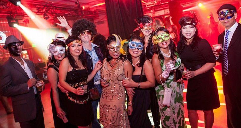 ...ogni occasione è buona per fare festa. in maschera. rendendoci un po' ridicoli.
