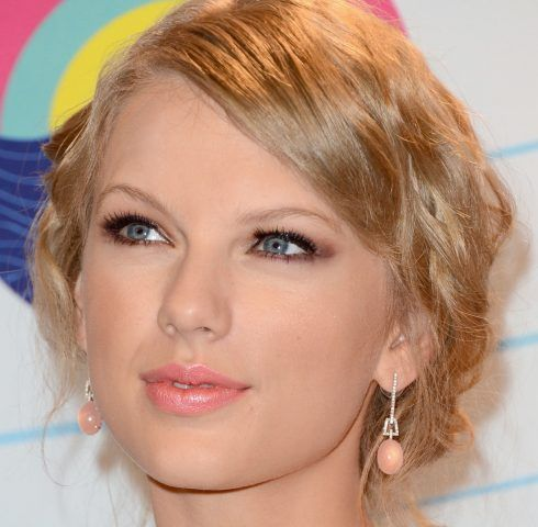 Taylor Swift, per rendere gli occhi più grandi una leggera ombreggiatura creata ad arte.