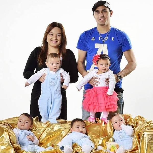 Mamma e papà con i 5 gemellini