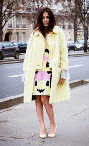 Cappotto color limone per Eleonora Carisi