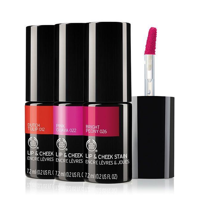 un prodotto multiuso da tamponare sulle guance per un effetto blush, da stendere direttamente sulle labbra con l'apposito applicatore come rossetto.