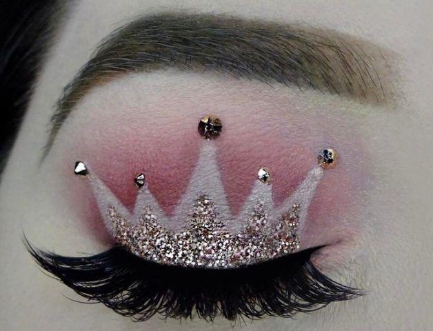 Make up occhi con corona sopra le ciglia con glitter