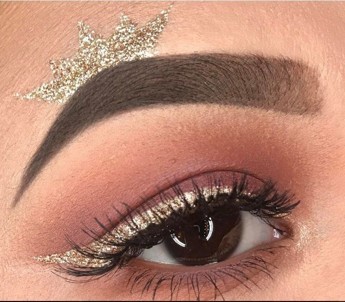 Make up occhi con corona sopra le sopracciglia