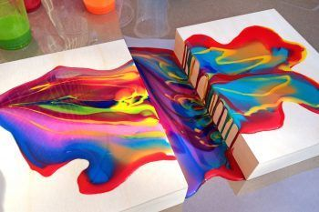 Guarda come riesce a fare il quadro solo versando i colori