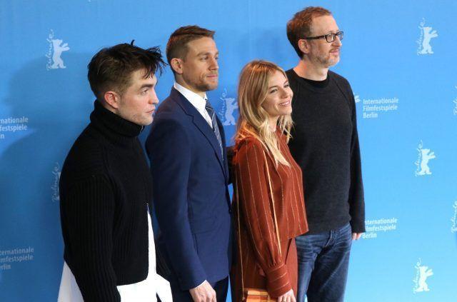Robert Pattinson, Sienna Miller e Charlie Humman con il regista James Gray- Photo by Movieplayer.it
