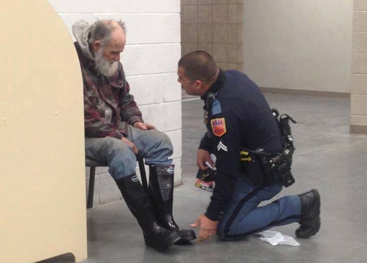 Poliziotto aiuta un senzatetto