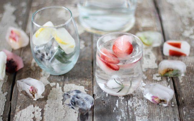Cubetti di ghiaccio con fiorellini di campo