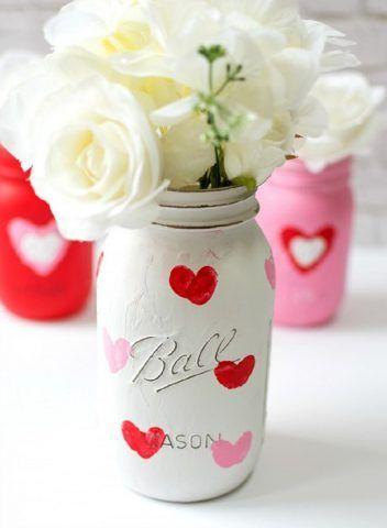 Vasetto con colori acrilici decorato con cuori