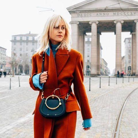 ...Nè con il cappotto con cintura e dolcevita azzurro.