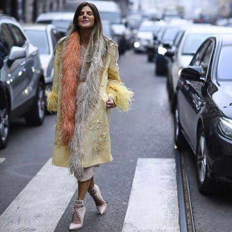 Anna Dello Russo opta per lo stile boudoir con piume, seta e vestaglia, in tono con le ciocche dei capelli. Per noi è OUT!