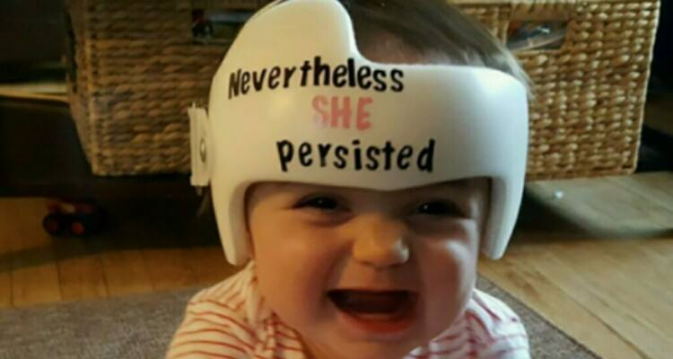 Le fa una foto con un casco e diventa virale. Indovinate perché!