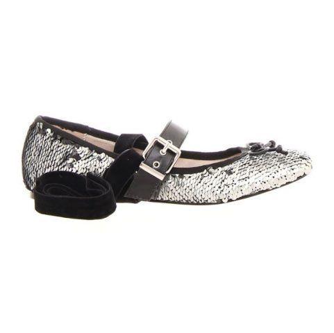 Ballerina in paillettes color argento con cinturino sul collo del piede e nastro removibile alla caviglia.
