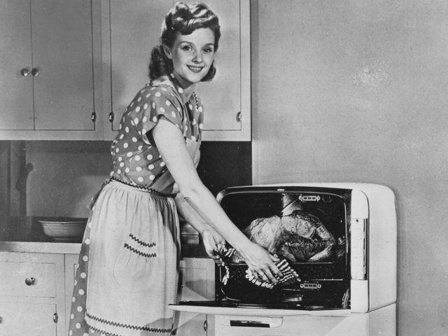Perché vogliamo emanciparci da questa figura femminile in voga negli anni '50 e '60!