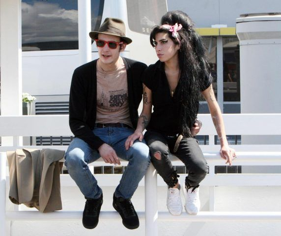 Amy Winehouse e Blake Fielder-Civil si sono sposati nel 2007: entrambi hanno problemi di alcol e droghe e vivono due anni di eccessi, prima di separarsi definitivamente!