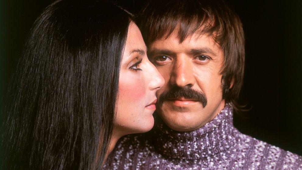 Cher e Bono, due icone degli anni Sessanta, che si sono conosciuti nel 1964. I due hanno unito amore e carriera, fino al 1975, quando si sono lasciati definitivamente. Lei diventerà famosissima, anche al cinema, mentre per lui inizierà la decadenza...