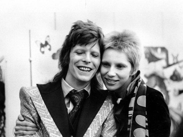 David Bowie e Angela Mary Barnett si sono incontrati nel 1969 per un amico in comune, sposandosi poi l'anno dopo. L'unione di due opposti, per una donna che ha sempre sostenuto il suo poliedrico marito. La storia d'amore è finita, però, nel 1980.