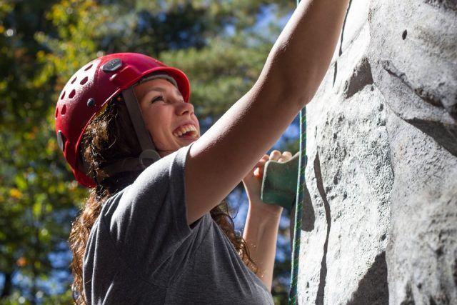 Free climbing, un'attività insolita che ci permette di bruciare fino a 700 calorie: lo possiamo fare all'aria aperta, ma anche indoor.