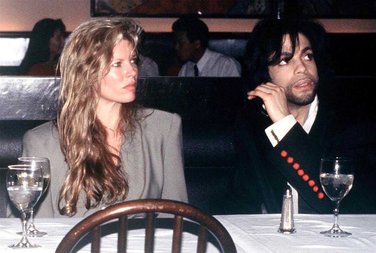 Prince e Kim Basinger, ebbene sì, sono stati insieme. Hanno avuto una storia, a base di alcol e droga...