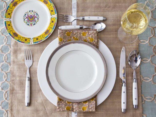 Come apparecchiare la tavola: toni dell'oro
