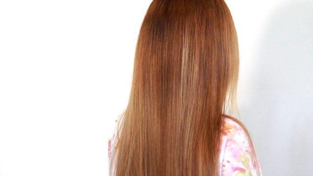 Lavate i capelli e quando sono ancora umidi divideteli in più ciocche e arrotolateli stretti stretti intorno alla testa.