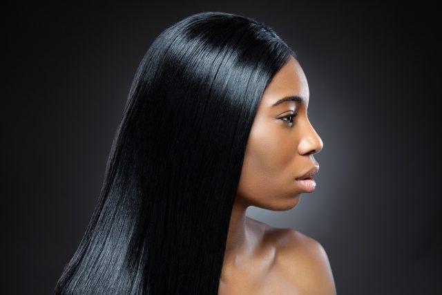 Coprite i capelli con un panno di cotone e rimanete così per qualche ora.