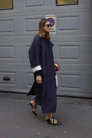 Un altro look di tendenza è il cappotto lungo in stile navy con le pump con tacco piccolo e ampio.