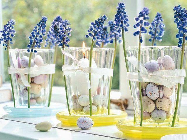 Centrotavola di Pasqua con vasi di fiori e uova
