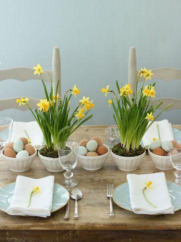 Centrotavola di Pasqua con fiori e uova
