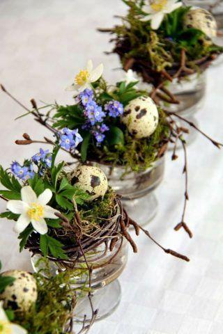 Centrotavola di Pasqua con fiori e uova in barattolo