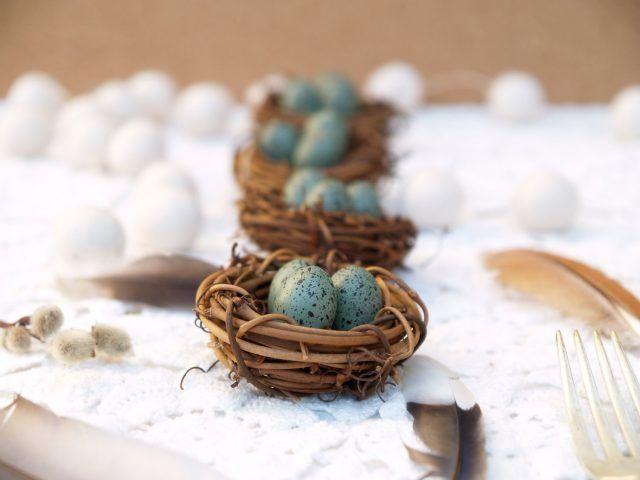 Centrotavola di Pasqua con nidi di uova