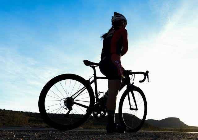 Vi piace la bicicletta? Sappiate che pedalare per un'ora a velocità moderata ci fa perdere in media 550 calorie.
