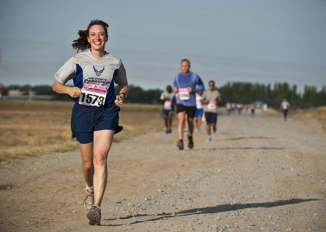 La corsa, per un'ora di attività, fa bruciare fino a 820 calorie, perché innesca il metabolismo aerobico che brucia i grassi.