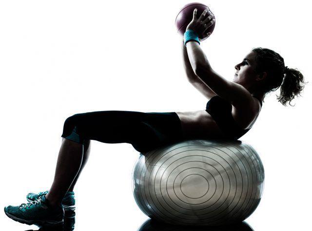 Con la fitball possiamo fare dei sollevamenti con il busto, cercando di caricare il meno possibile la schiena.