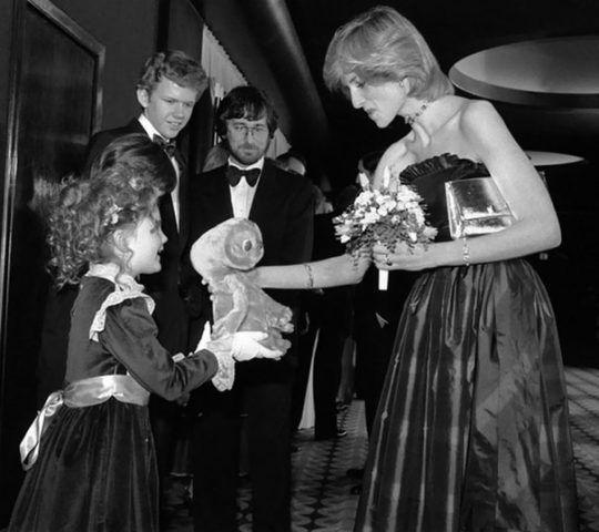 Drew Barrymore a 7 anni incontra Lady Diana (sullo sfondo Steven Spielberg)